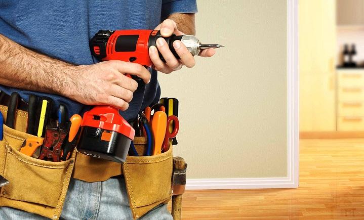 handyman-holding-his-tools